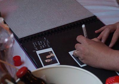 bruiloft op locatie gastenboek polaroid foto's